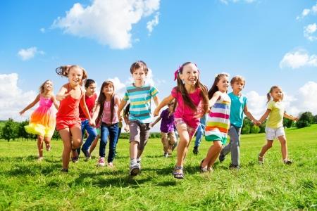 Wesołe zabawy w ogrodzie przedszkolnym
